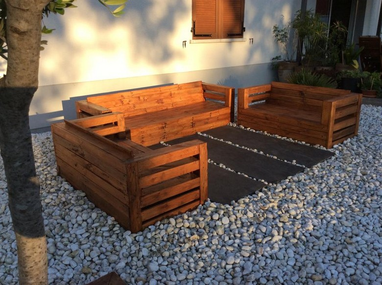 patio-furniture-out-of-pallet-wood