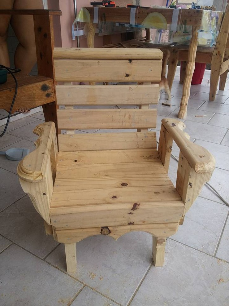 DIY Kids Chair with Pallets