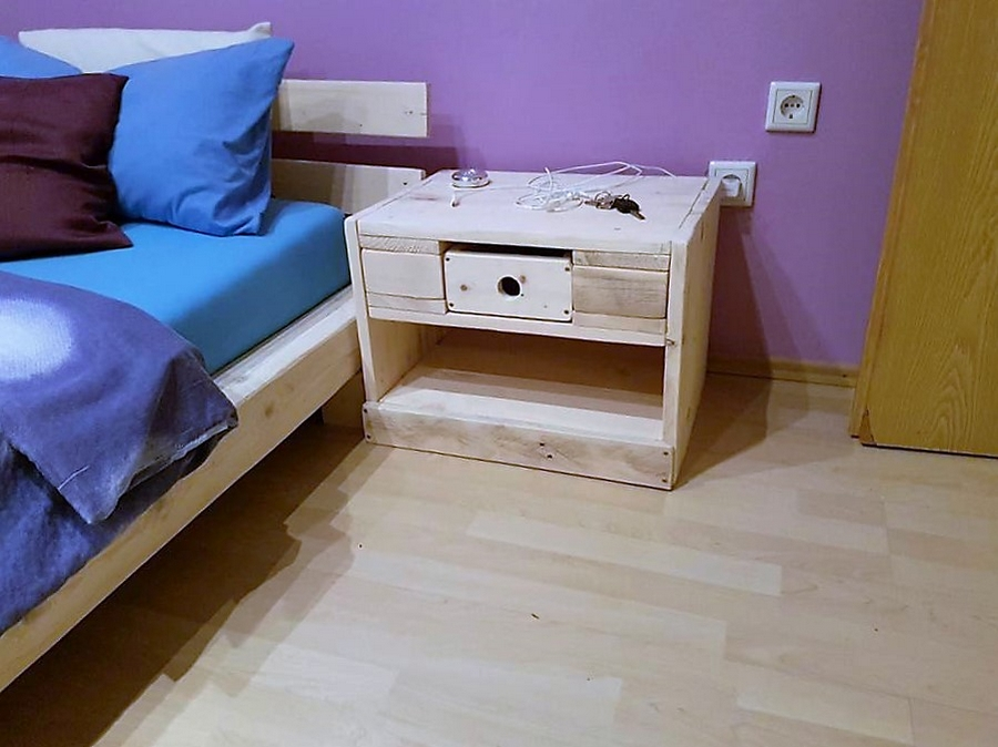 pallet-bed-with-side-table