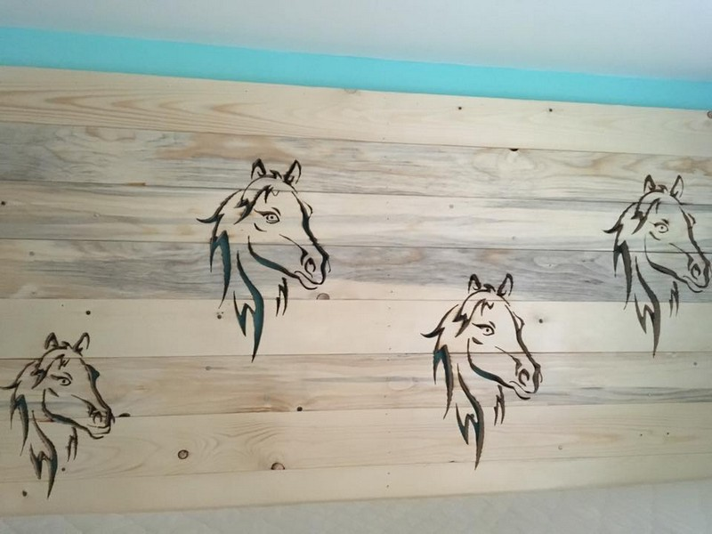 pallet-headboard-with-decor