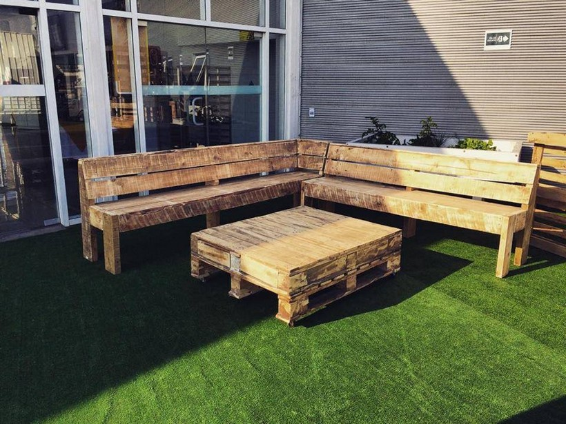 patio-couch-made-with-pallets