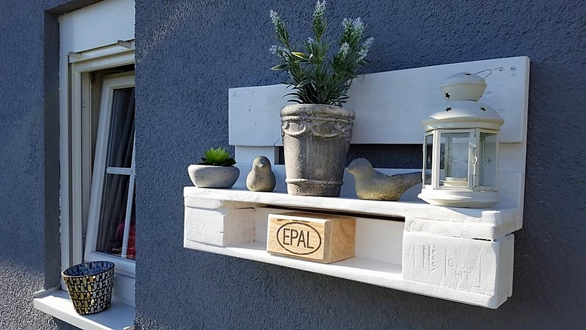 recycled-pallet-decor-shelf