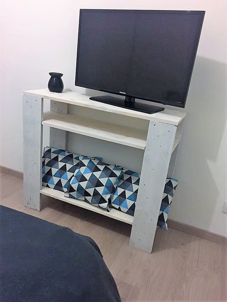mindy-marchais-pallet-tv-stand
