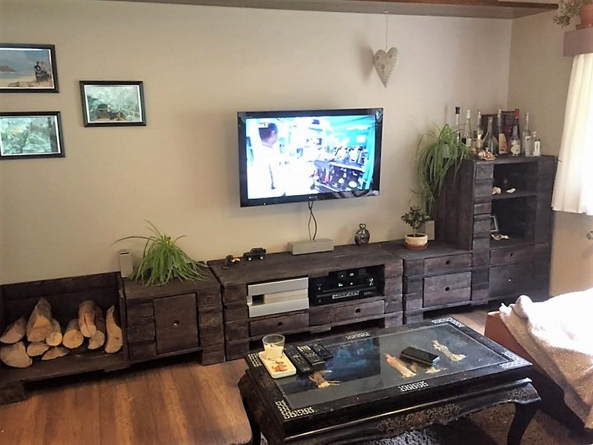 living-room-pallet-cabinet