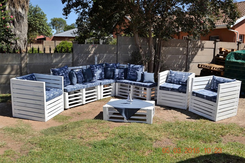 outdoor-seating-with-pallets