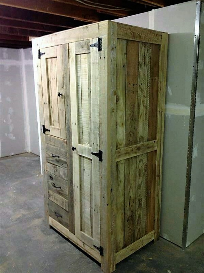 its easy to recycle shipping pallets wood pallet furniture. Black Bedroom Furniture Sets. Home Design Ideas