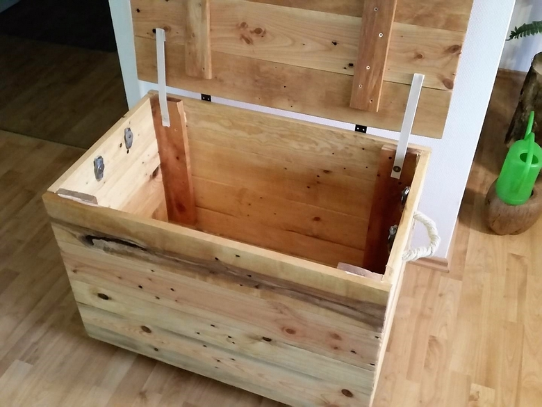 recycled-pallet-chest-2