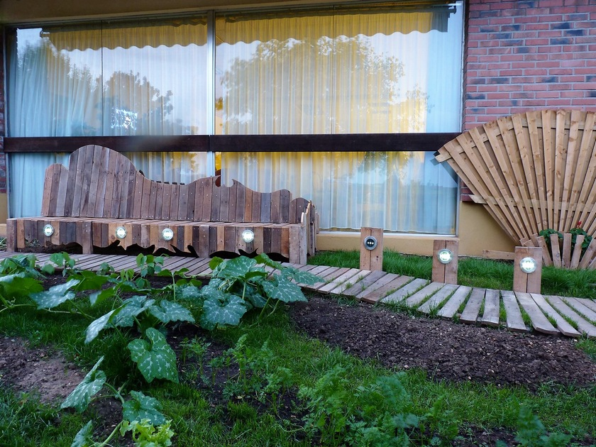 recycled-pallet-garden-bench-1