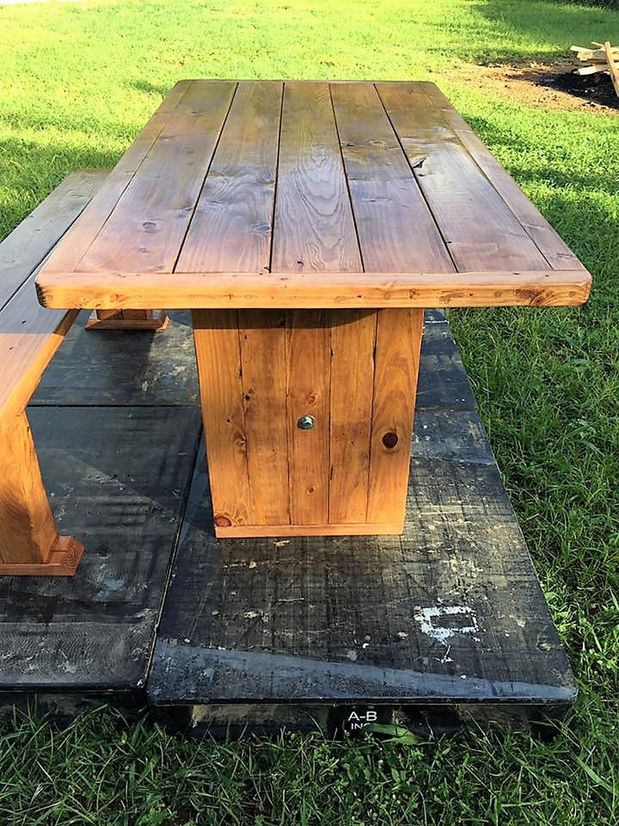 repurposed-pallet-dinning-table