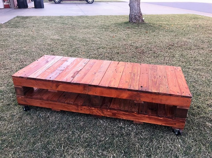 pallet-patio-coffee-table-on-wheels