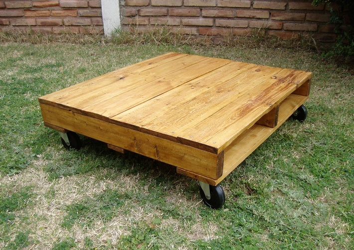 pallet-patio-table-on-wheels-2