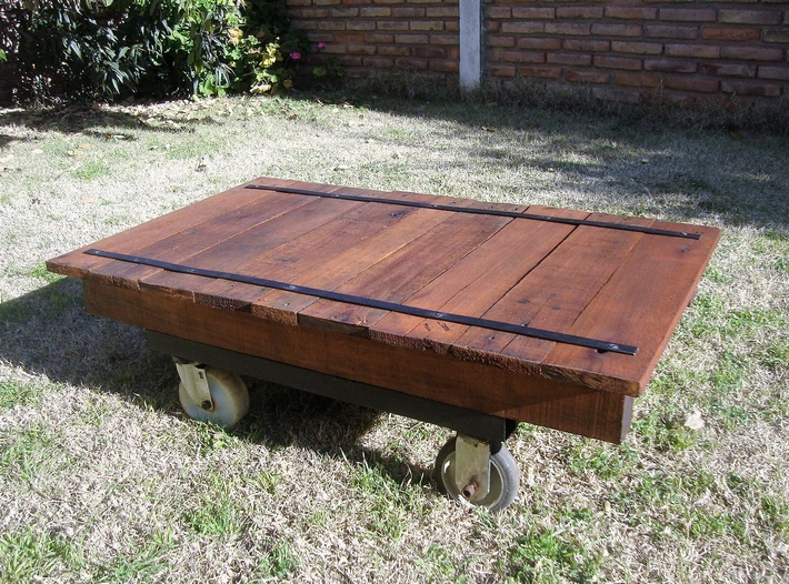 pallet-patio-table-on-wheels