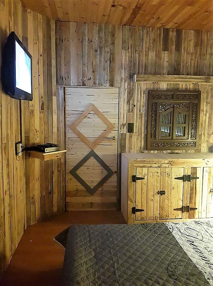 pallet-wood-powered-room
