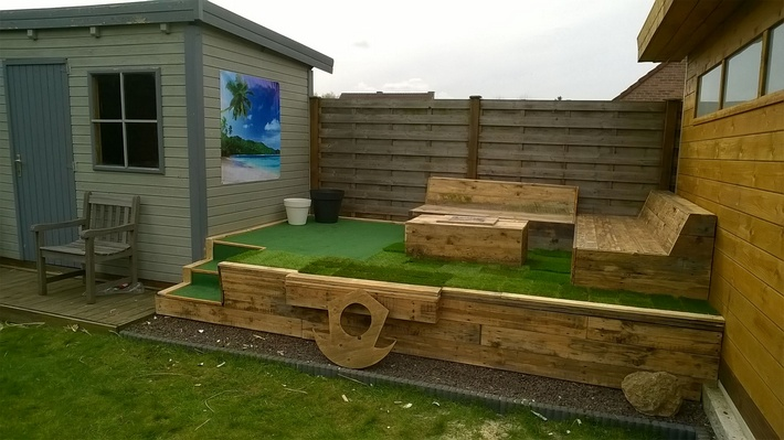 recycled-pallet-garden-deck-and-furniture