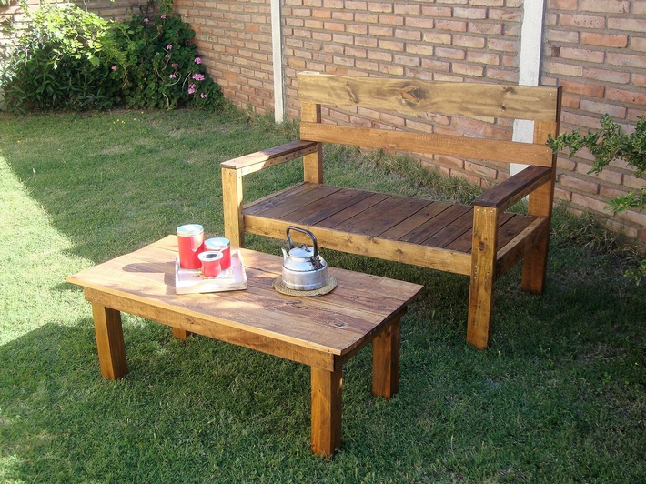 simple-garden-furniture-with-pallets