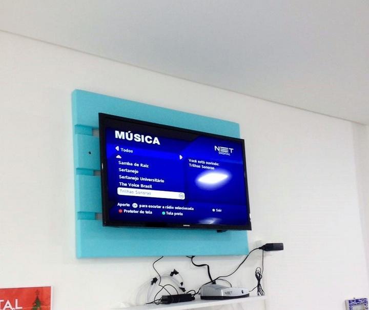 simple-pallet-tv-hanger