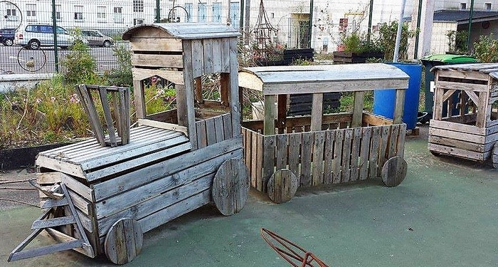kids-play-van-made-with-pallets