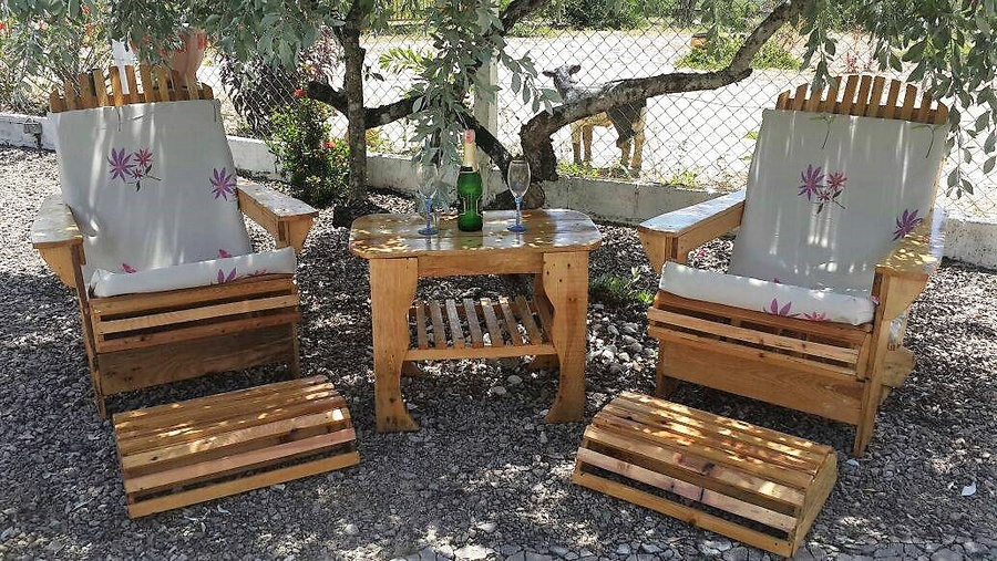 patio chairs out of pallets