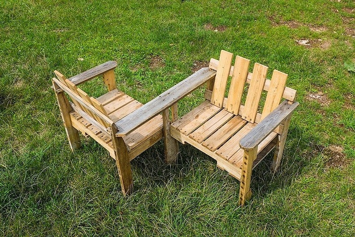 wood-pallet-double-chairs