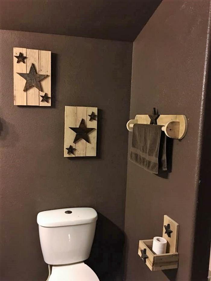 pallet bathroom shelving and art