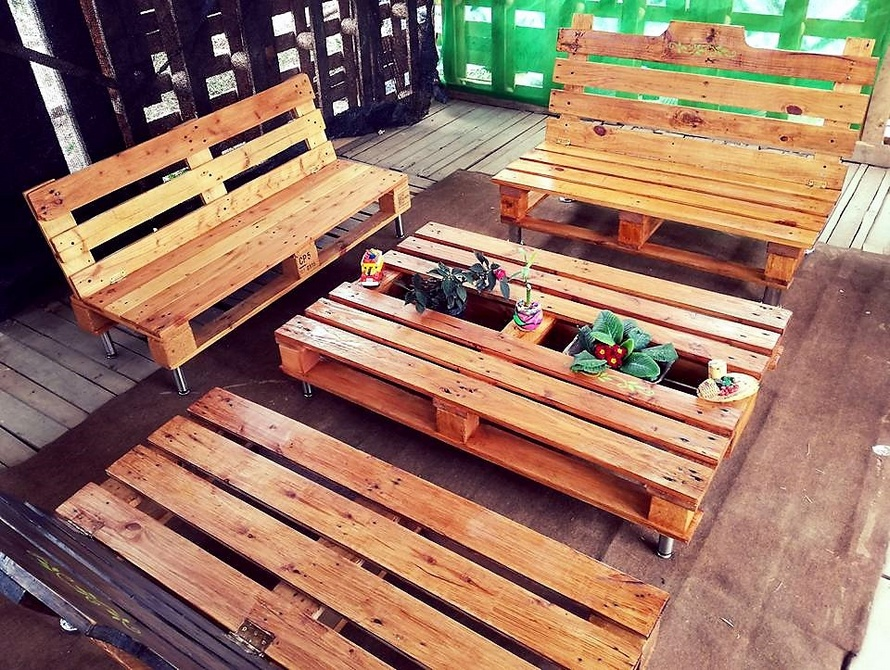 Cute Idea for Pallets Made Patio Furniture