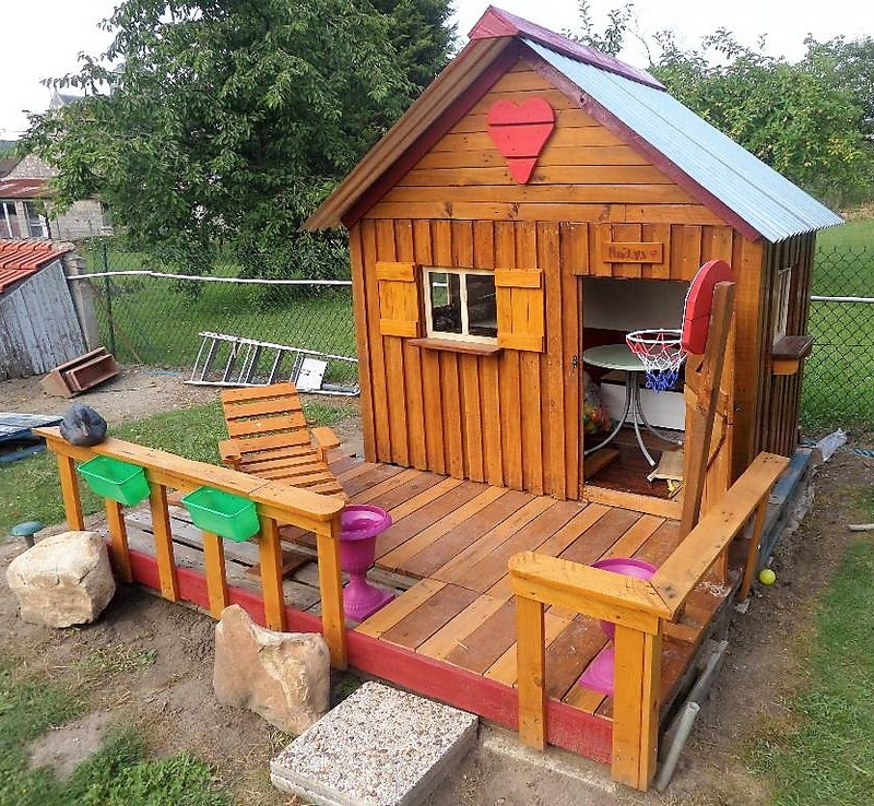 pallets playhouse for kids in garden