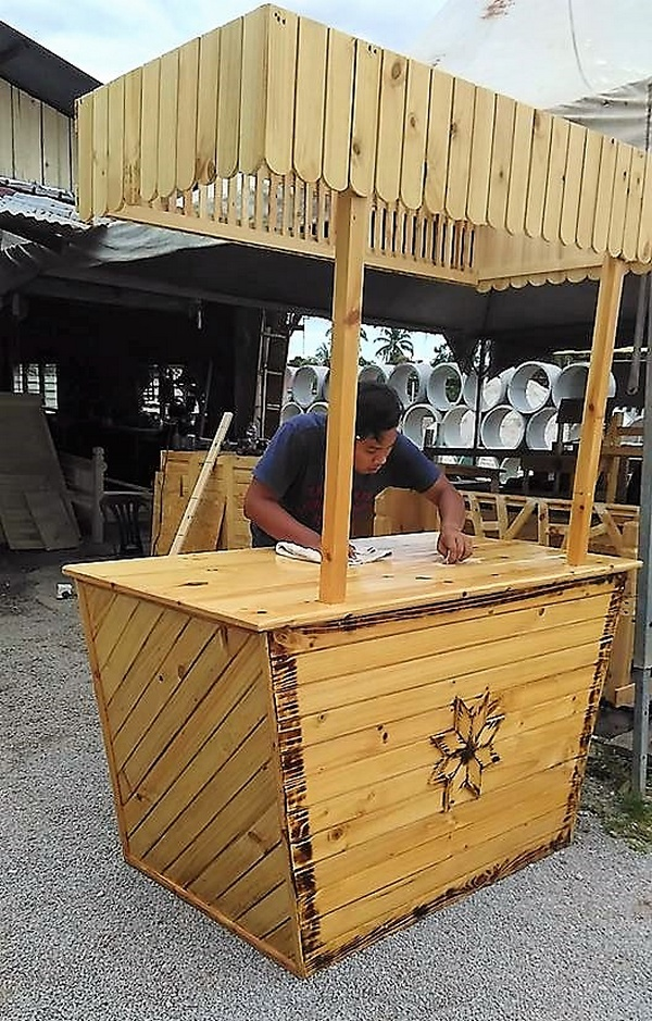 Beautiful Bar Made with Wood Pallets