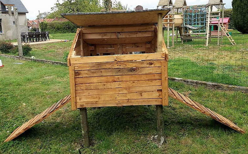 chicken coop ouf of pallets wood