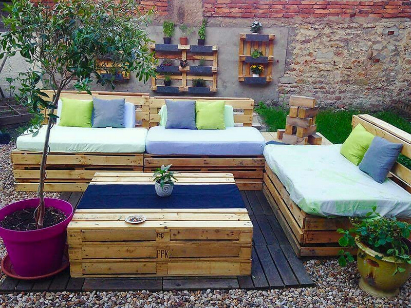 cute pallet patio lounge furnitue and wall planters