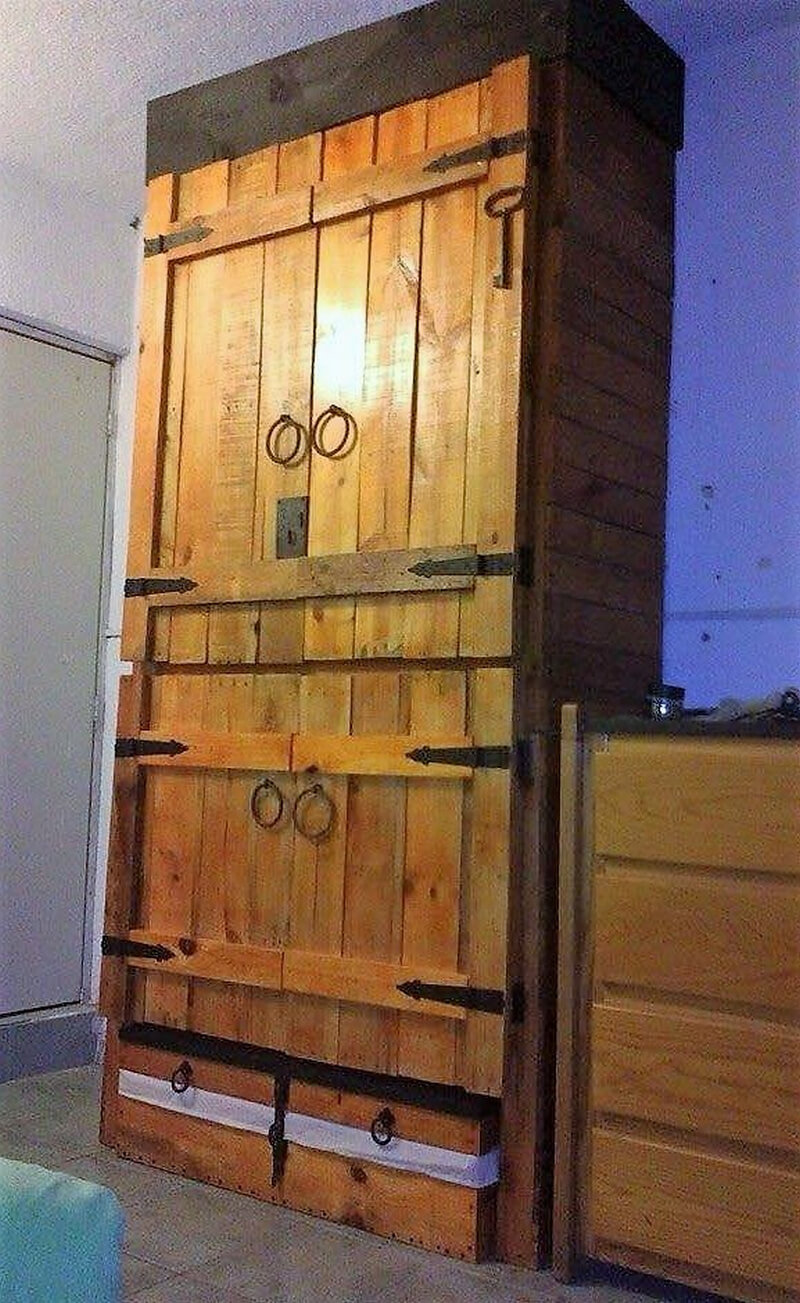 repurposed pallet closet
