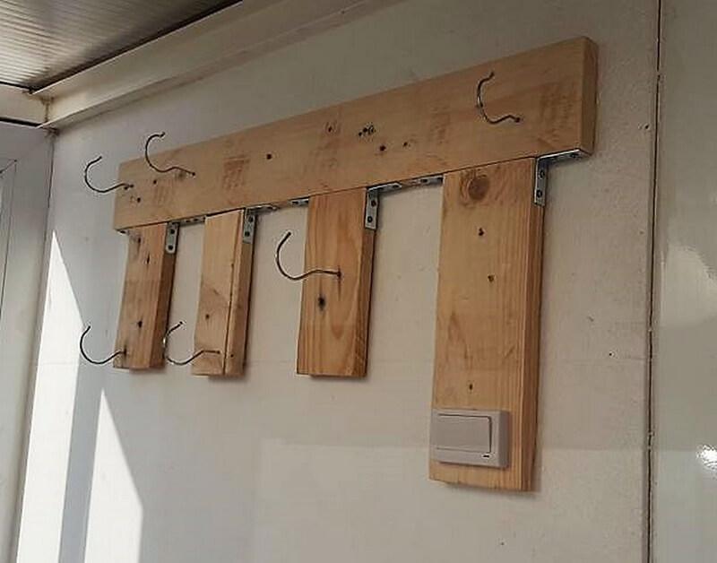 simple wood pallet hanger idea