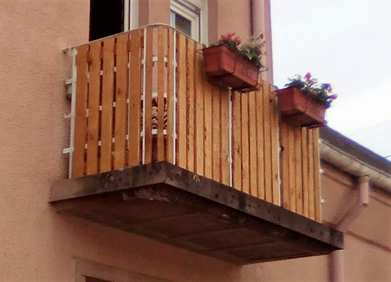 pallets balcony art 1