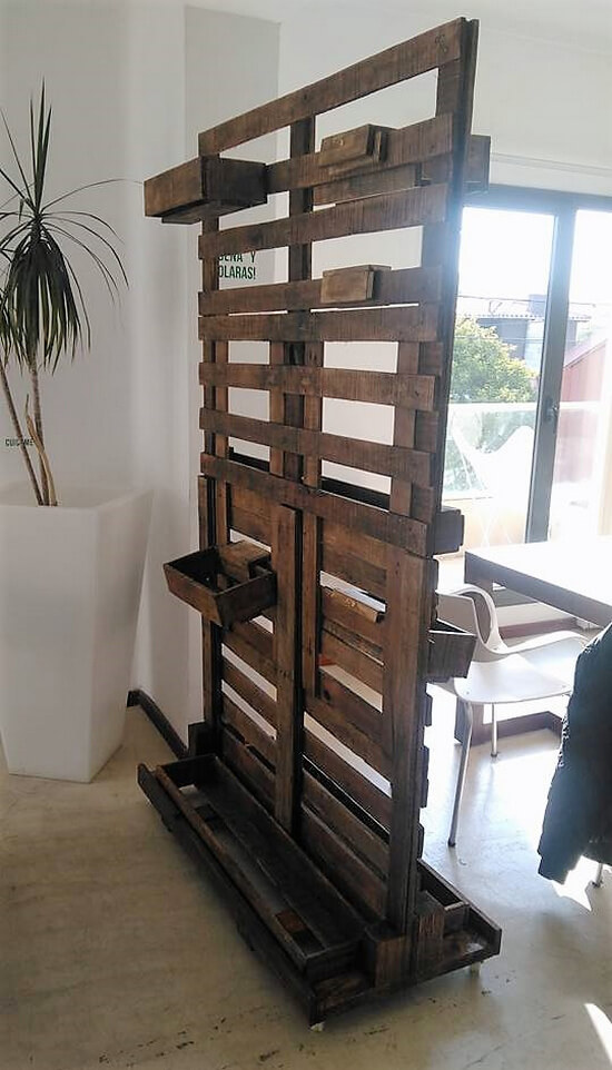 recycled pallets space divider idea